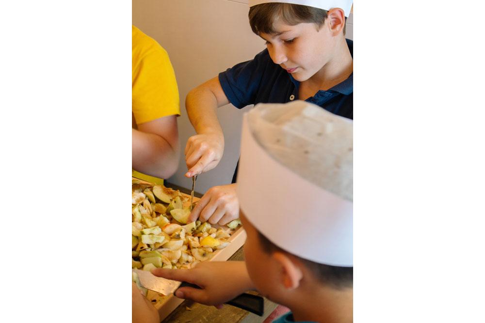 Äpfel schneiden Kinder